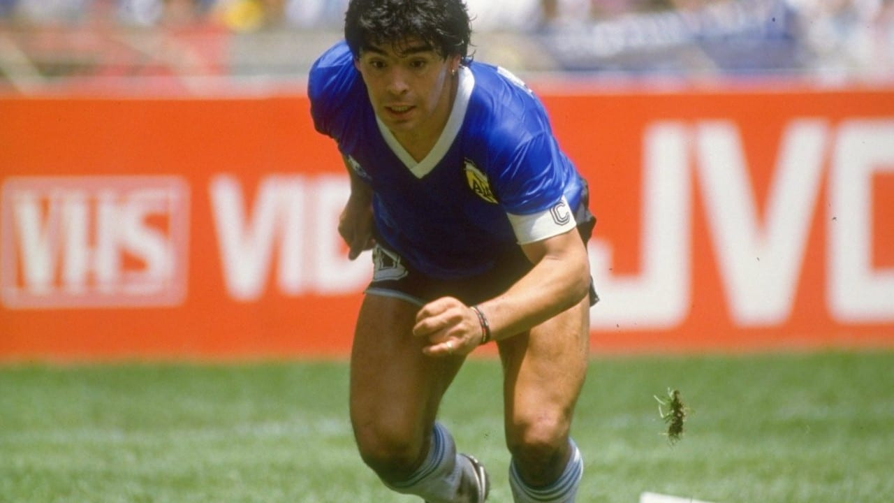 Diego Armando Maradona de Argentina, el 22 de junio de 1986, en el Estadio Azteca de la Ciudad de México, contra Inglaterra (Getty Images)