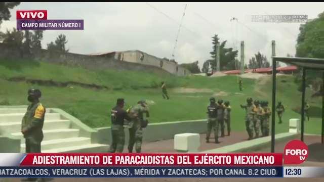 militares reciben adiestramiento en paracaidismo en campo militar numero