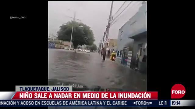 Niño nada en inundación de Tlaquepaque, Jalisco