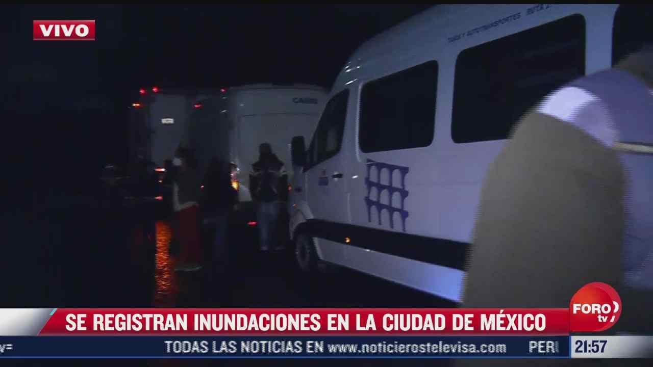 rescatan a pasajeros atrapados en camioneta del transporte durante inundaciones