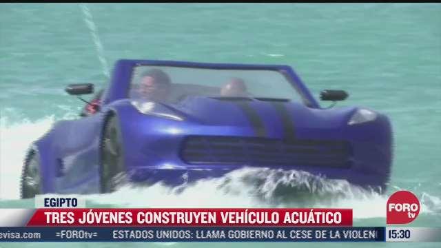 tres jovenes construyen vehiculo acuatico