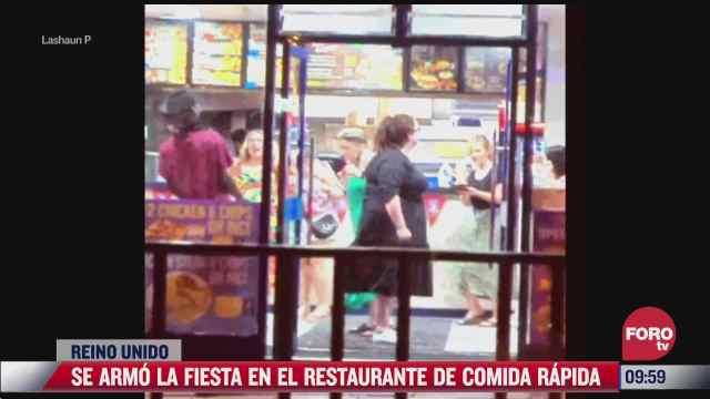 Se arma la fiesta en el restaurante de comida rápida