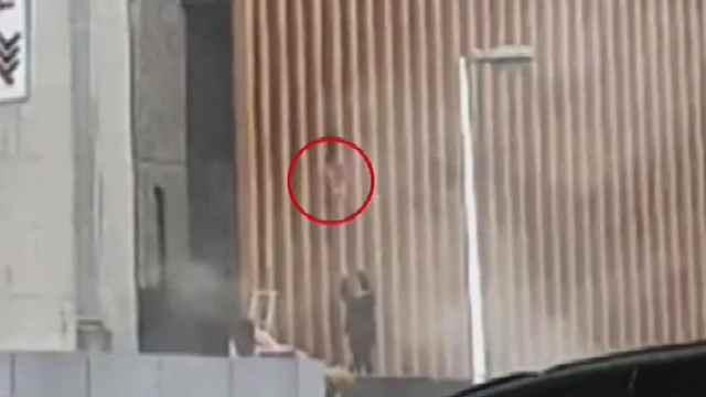 Arrojan a bebé de edificio incendiado en Sudáfrica