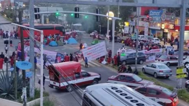 Indígenas triquis del MULTI mantienen bloqueo en Oaxaca (Twitter: @OaxacaViral)