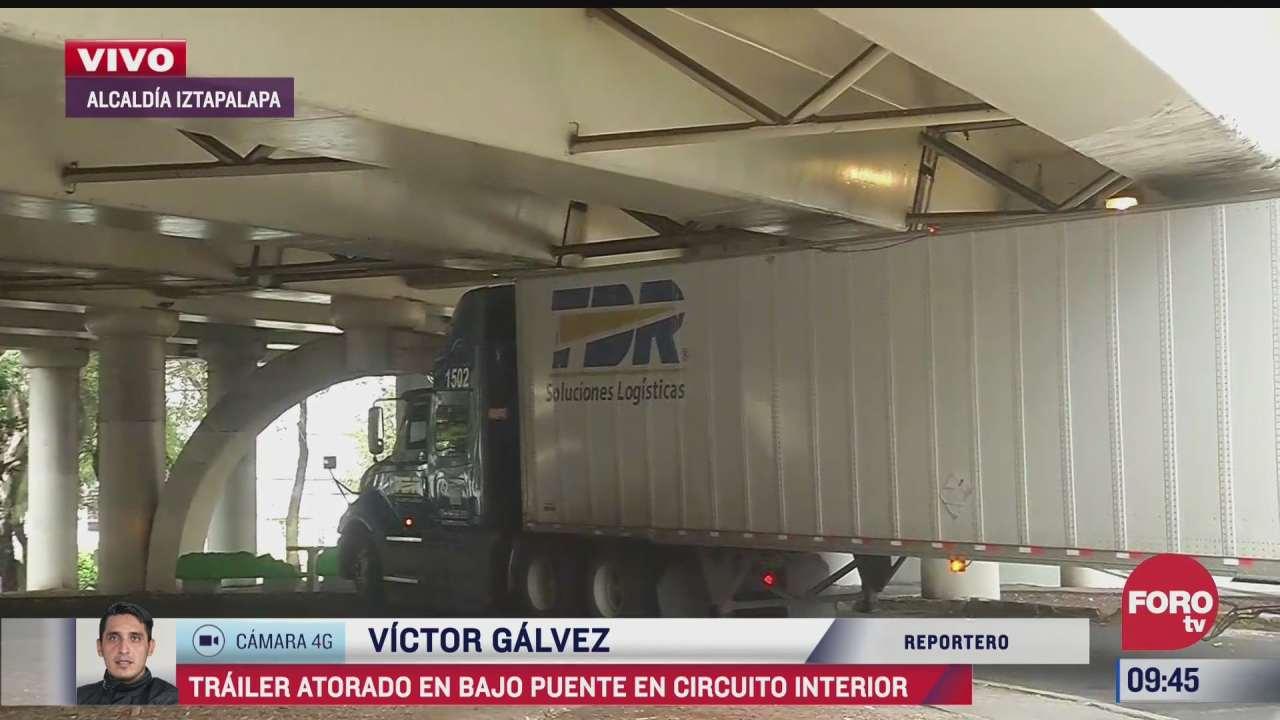 conductor de trailer hace maniobras tras atorarse en circuito interior