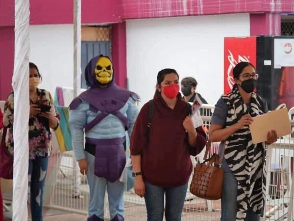 Skeletor recibe vacuna contra COVID-19 en Michoacán