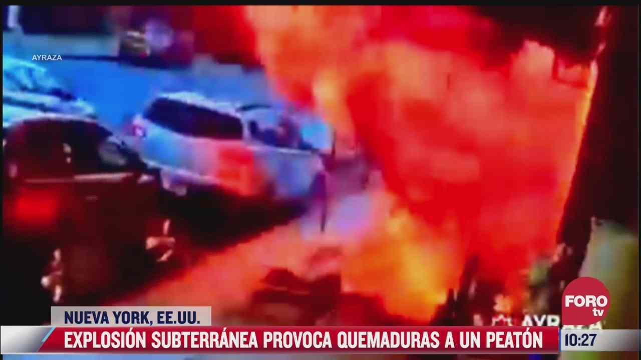 impresionante explosion subterranea envuelve en llamas a peaton