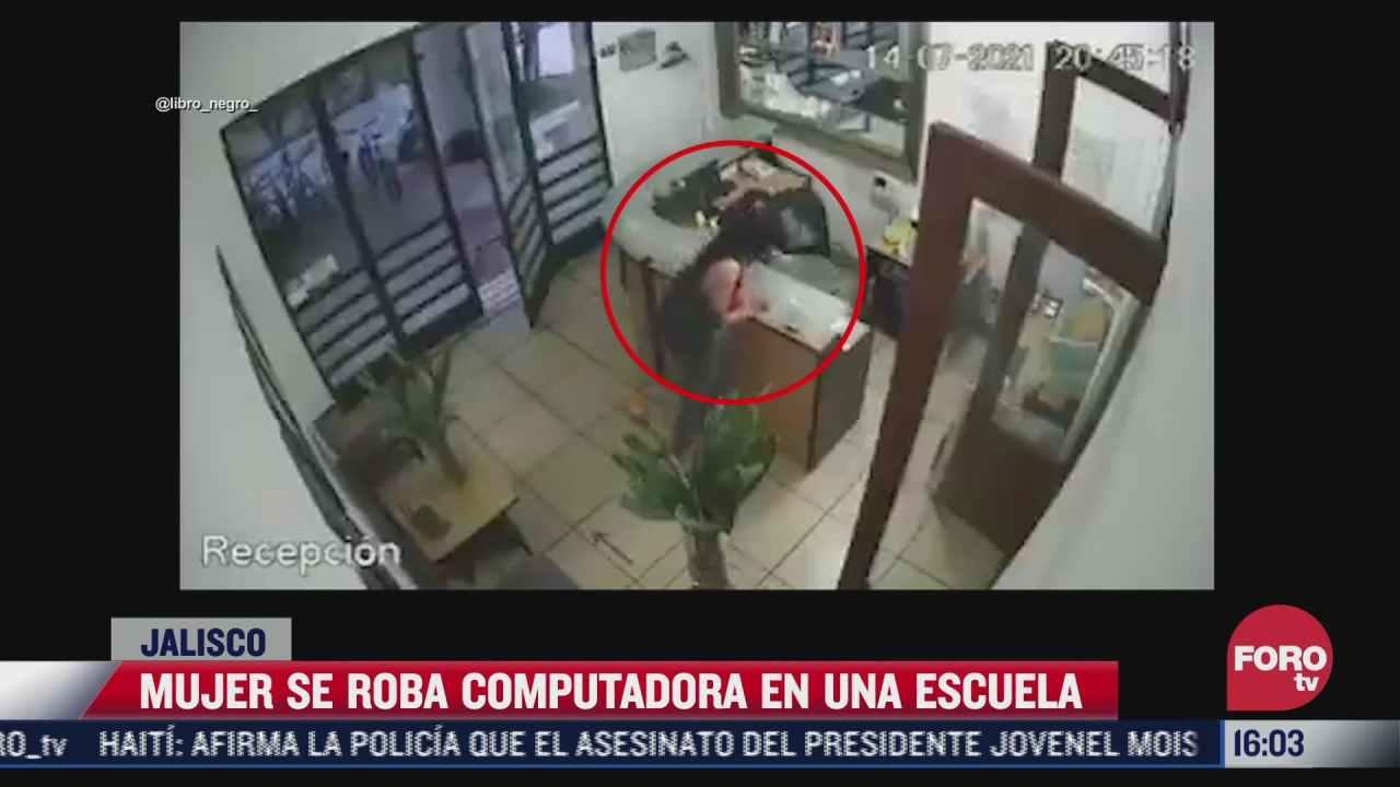 mujer roba una computadora en escuela de guadalajara