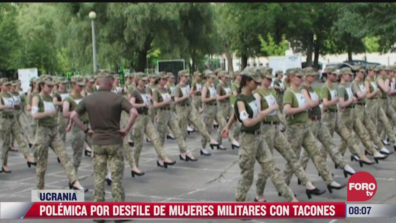 mujeres soldados marchan con tacones en ucrania