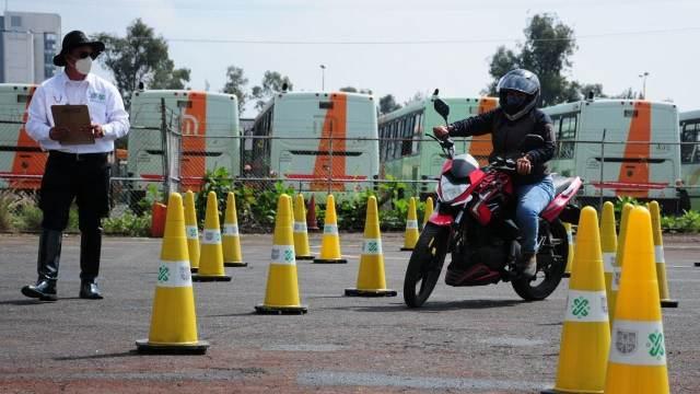 Para obtener licencia, motociclistas deberán acreditar examen teórico y práctico
