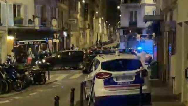 Policía de París en las inmediaciones de un café en el Distrito 17 (Twitter: @RemyBuisine)