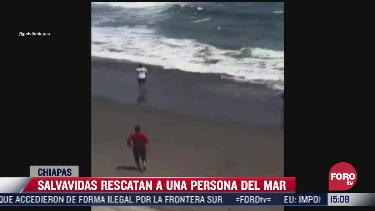 salvavidas rescatan a una persona del mar en chiapas