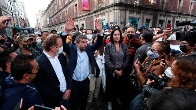 Alcaldes electos de oposición se manifiestan en los alrededores del Congreso de la CDMX (EFE)
