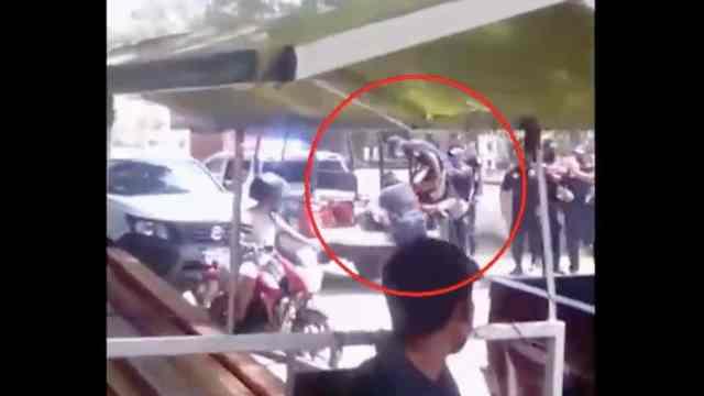 Policías municipales de San Pedro Pochutla, Oaxaca, golpean a joven por no usar cubrebocas