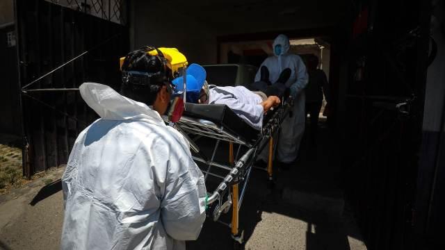 Paramédicos responden a llamadas de emergencia por covid en la Ciudad de México y el área metropolitana (Getty Images)