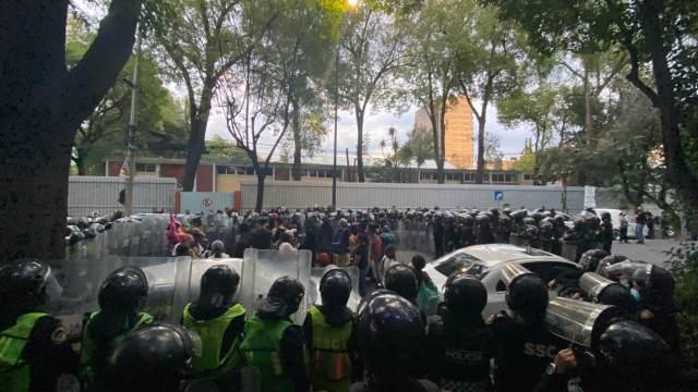 Autoridades encapsulan a manifestantes en CDMX (Twitter: @florenciaglezg)