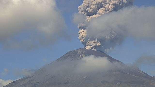 Enorme fumarola en el Popocatépetl