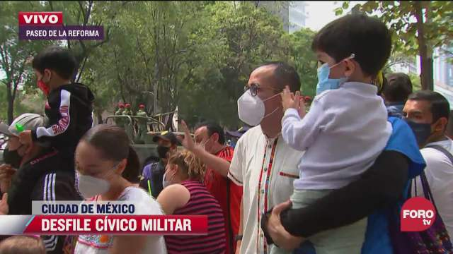 familia de tlahuac disfruta del desfile militar en cdmx