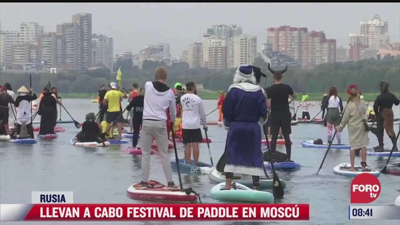 festival sobre el agua en moscu decenas de personas disfrazadas