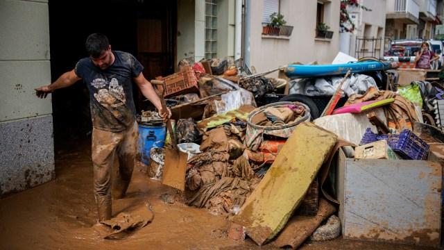 Hombre graba con desesperación cómo la inundación destruye su casa en segundos
