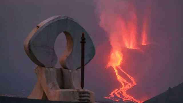 Volcán de La Palma: La nueva colada de lava, más fluida, avanza y se acerca al mar
