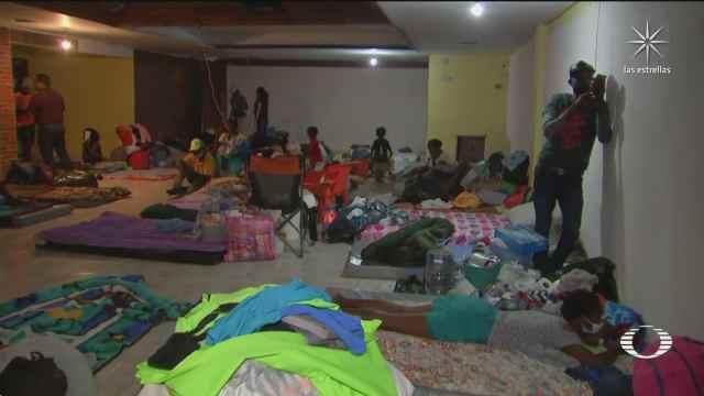 migrantes haitianos duermen en un salon de fiestas de ciudad acuna