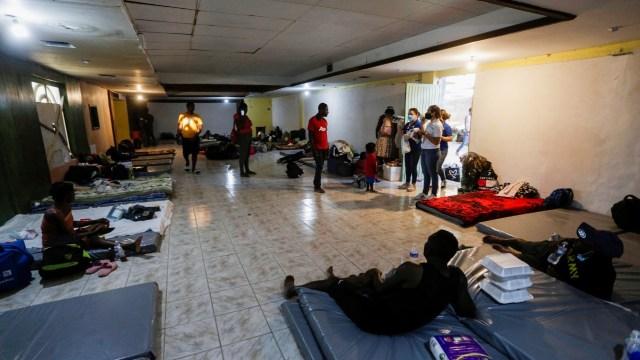 Migrantes haitianos son reubicados en un salón de fiestas de Ciudad Acuñ
