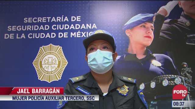 mujer policia salva a bebe que no podia respirar