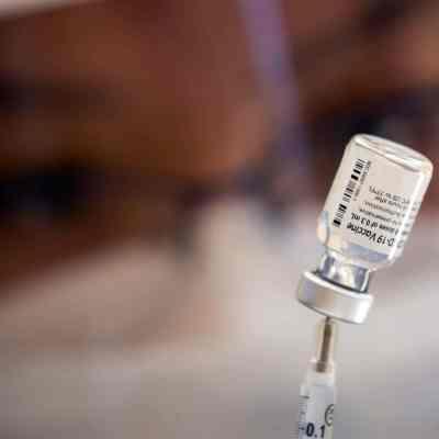 Una enfermera prepara una dosis de la vacuna de Pfizer contra covid (EFE)