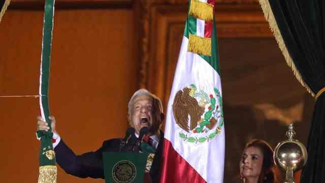 ¡Viva el amor al prójimo y los héroes anónimos!, destaca AMLO entre sus arengas en el Grito de Independencia