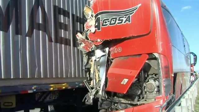 Choque entre tráiler y autobús deja un muerto en la Puebla-Orizaba
