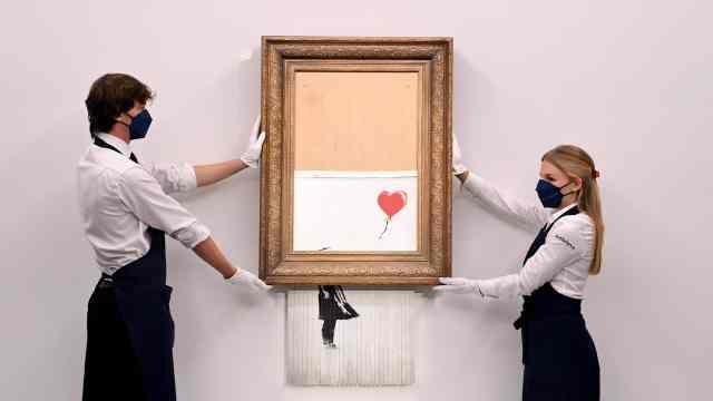Pintura titulada 'Love is in the Bin' del artista callejero británico anónimo Banksy en la casa de subastas Sotheby's en Londres (EFE)