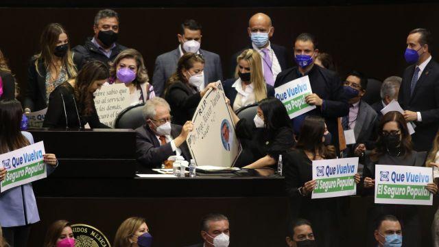 Diputados del PAN llevan lápida a Jorge Alcocer