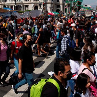 Habitantes de la Ciudad de México camina en el Centro Histórico de la capital del país (EFE)