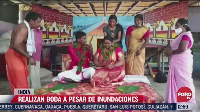 en india novios llegan a su boda en tina