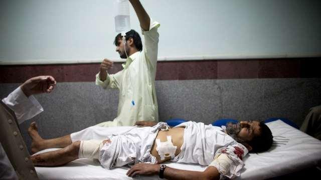 Una persona es atendida en un hospital de Afganistán tras una explosión.