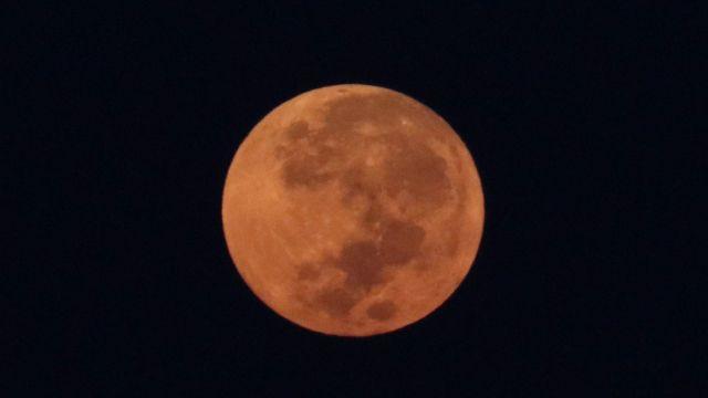 La luna llena adquiere un color naranja en el horizonte durante el amanecer de este día, la imagen tomada en San Pedro Tezontepec.