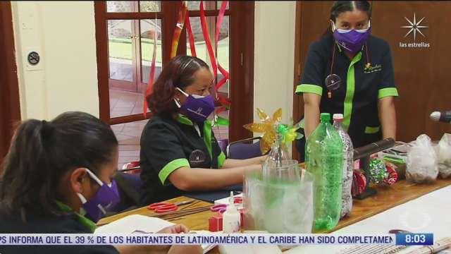 mujeres emprendedoras disenan joyeria con pet y latas