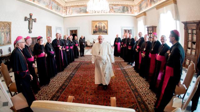Papa expresa su vergüenza por casos de abuso sexual del clero contra niños en Francia