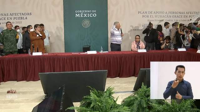 AMLO suspende acto público tras irrupción de manifestantes en Puebla