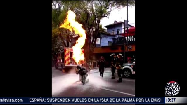 Video: Bombero saca tanque de gas en llamas de inmueble