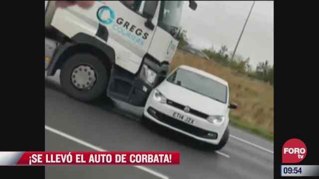 video trailer se lleva un auto de corbata