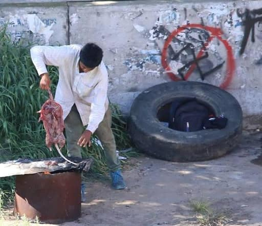 """Vecinos de Buenos Aires fotografiaron en pleno barrio porteño de Caballito, a personas """"cuereando"""" una rata de gran tamaño."""