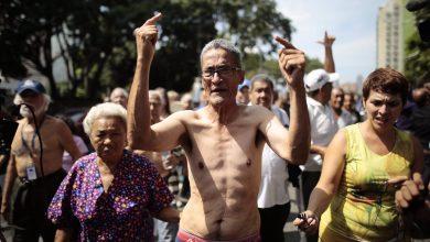 Photo of Semidesnudos, jubilados marchan para pedirle a Maduro que dolarice sus asignaciones
