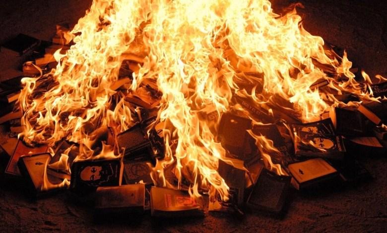 Photo of Intelectuales advierten por la quema de libros por parte de los golpistas en Bolivia