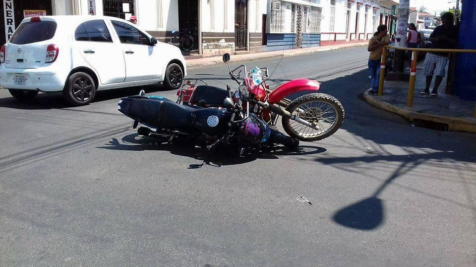 Motorizados impactan de frente y resultan con graves lesiones en esta ciudad de León.