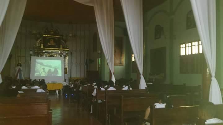 """Párroco de Somotillo Evangeliza por medio de la proyección de la Película """"La Aparición de Nuestra Señora de Fátima"""""""
