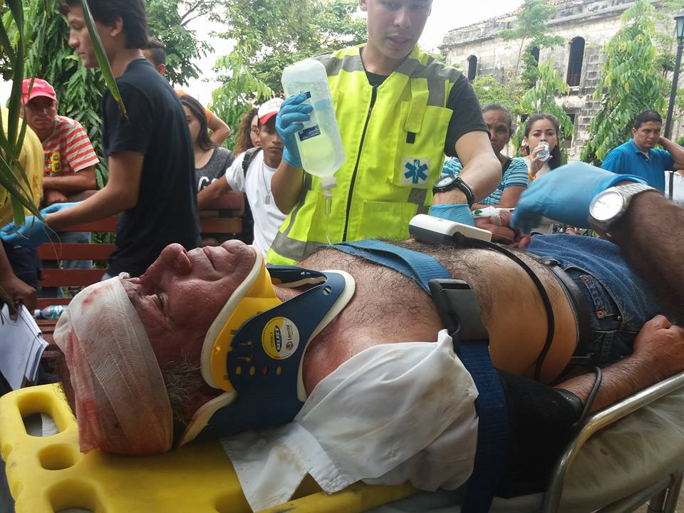 Hombre convulsiona en pleno parque central de León
