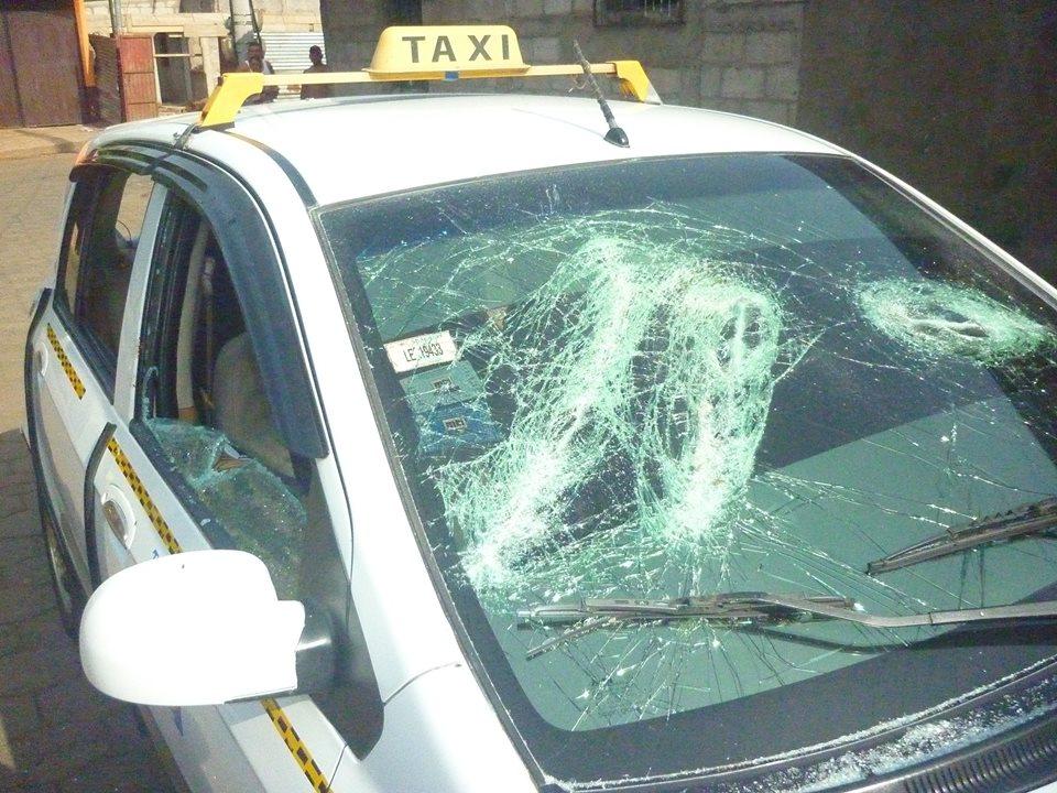 Enfrentamiento entre taxis legales e ilegales, dejó un vehículo parcialmente destruido en el departamento de León.