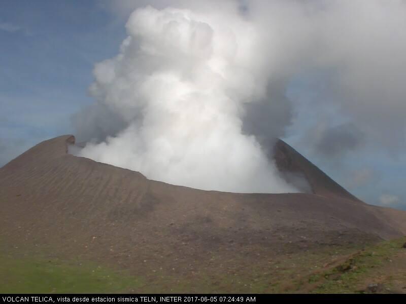 Volcán Telica con emanación de gases y cenizas esta madrugada en León.